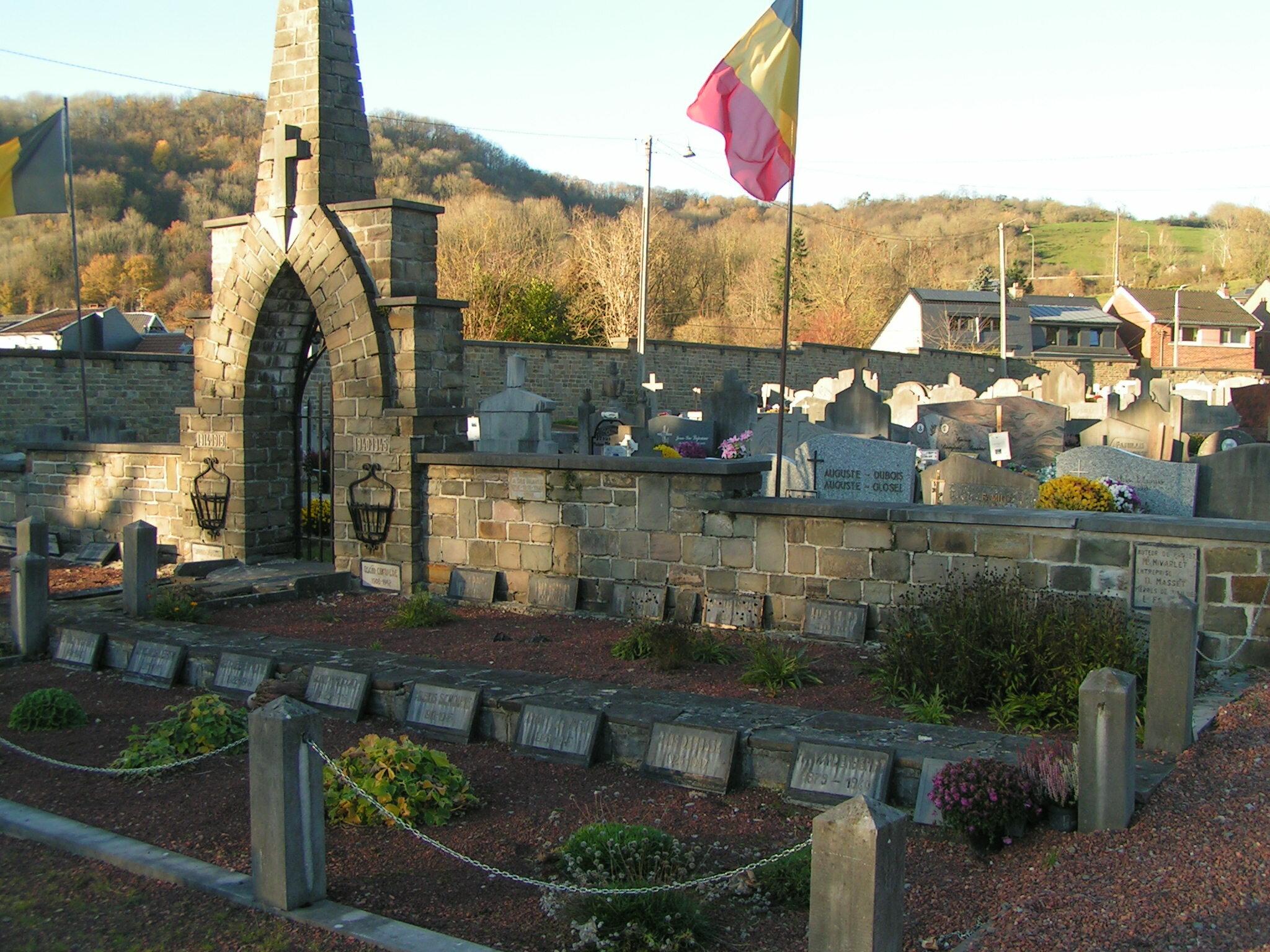 Monument aux morts des deux guerres mondiales dans le cimetière de Remouchamps