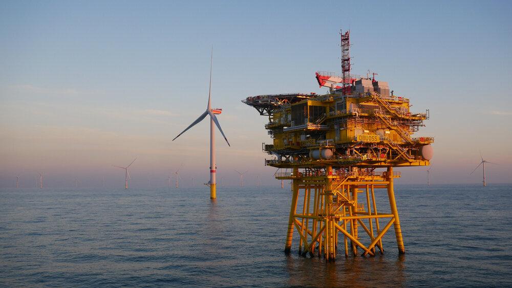Eolienne et turbine dans la mer du Nord